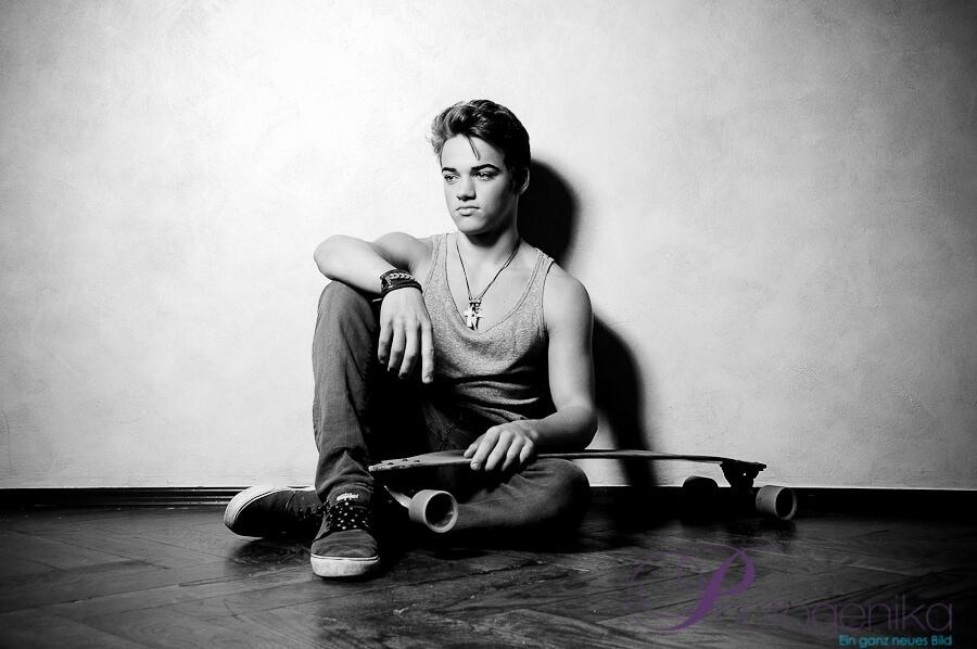 Portraitfotos junger Mann mit Scateboard